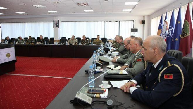 Pjesëmarrësit e Kursit të Lartë për Mbrojtje dhe Siguri të Shqipërisë vizitojnë Ministrinë e Mbrojtjes