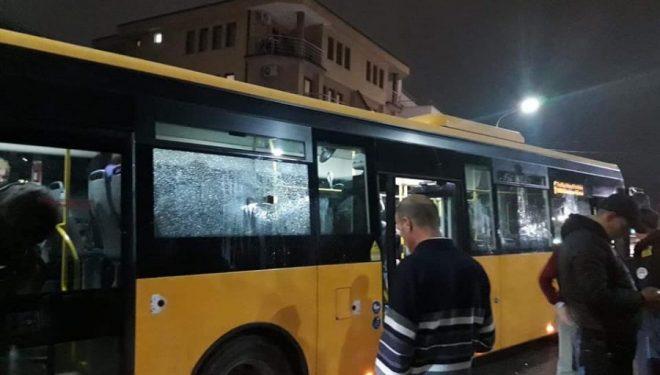 Fëmijët për Halloween thyejnë një autobus në Prishtinë