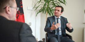 Ambasadori britanik viziton Vetëvendosjen, i siguron Kurtit përkrahje