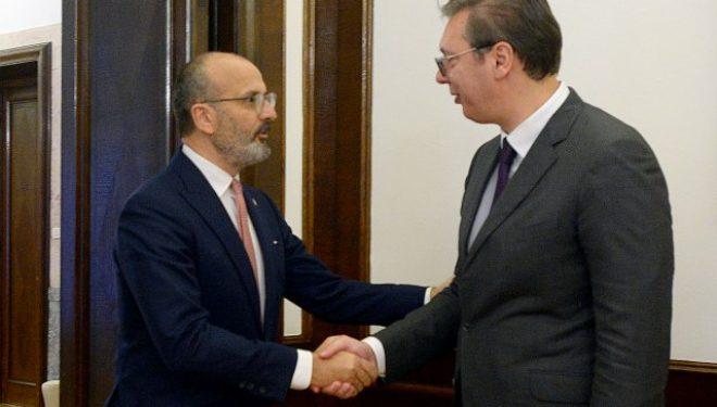 Ambasadori i BE-së në Beograd takon Vuçiqin, pret marrëveshje sa më të shpejtë Kosovë-Serbi