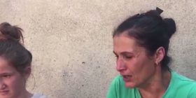 """""""Ku-ku për ne"""", dëshpërimi i nënës së 5 fëmijëve që humbi shtëpinë nga zjarri (VIDEO)"""