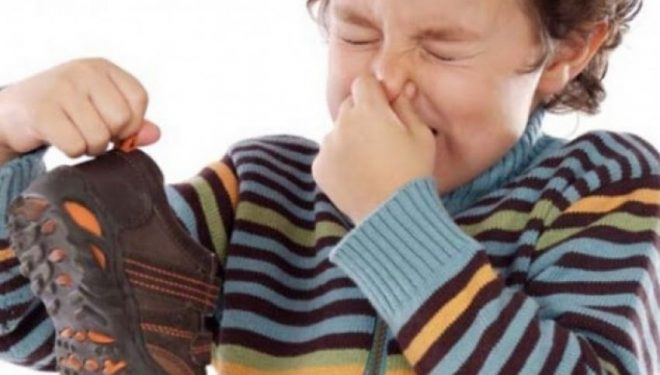 Si të shpëtoni nga aroma e pakëndshme e këpucëve