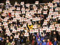 Gazeta britanike: Tifozët kosovarë mbajnë lartë flamujt anglezë gjatë këndimit të himnit të Anglisë