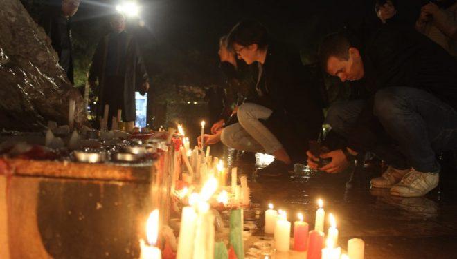 Qirinjët ndizen në qendër të Tiranës përkujtohen viktimat nga tërmeti i 26 nëntorit