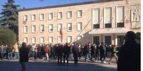 """""""Kosova, zemra e Shqipërisë"""", """"Rama ik"""", """"Edvin tradhtar"""", protestuesit shpërthejnë në thirrje"""