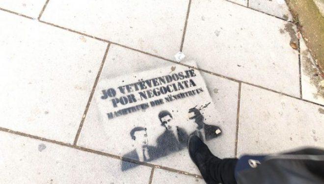 Nëpër Prishtinë nisin parulla kundër Vetëvendosjes e Xhelal Sveçlës