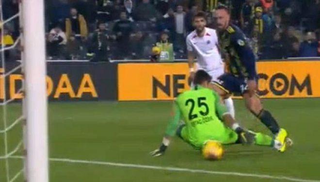 Vedat Muriqi nuk di të ndalet, shënon dy gola në pjesën e parë për Fenerbahcen
