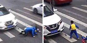 Pasi i goditi dhe i rrëzoi në tokë atë dhe nënën e tij, i inatosur djali i vogël godet makinën me shkelma