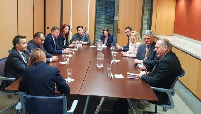 Kosnett në takim me drejtuesit e komuniteteve, bisedojnë për forcimin e demokracisë