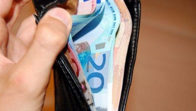 Pasi e ndalin në rrugë ia grabisin kuletën me 130 euro
