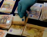 """I """"fluturojnë"""" shqiptarit paratë nga çanta, nuk dha një argument bindës së si i kishte siguruara paratë"""