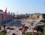 Po largohen banorët nga Tiranë, frika e tërmeteve