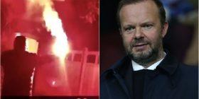 Të dëshpëruar tifozët e Man Unitedit gjuajtën me fishekzjarrë dhe bombola gazi shtëpinë e  drejtorit ekzekutiv
