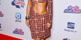 Kjo është Rita Ora, me bluzë transparente dhe atraktive