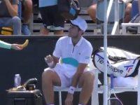 """Video/ Tenisti """"neverit"""" me veprimin e tij, i kërkon shpërndarëses së topave t'i qërojë bananen"""