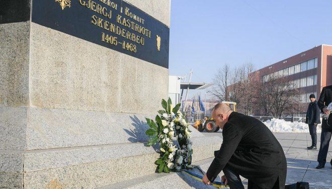 Haradinaj përkujton Skënderbeun: Kryeprinci i shqiptarëve është gjithmonë frymëzim për ne
