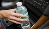 Mund të pësoni keq nëse lini një shishe ujë në makinë