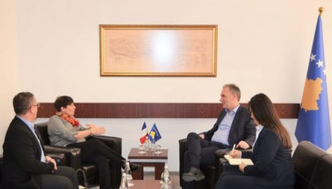 Limaj takon ambasadoren e Francës, flasin për vizat, dialogun dhe formimin e institucioneve