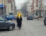 Kaos në rrugën Rrustem Statovci në Prishtinë, automjetet parkohen në trotuar ndërsa qytetarët detyrohen të hecin në rrugë