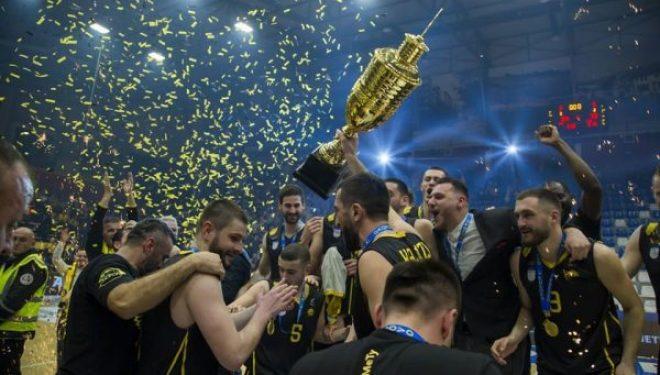 Momenti kur Peja ngrit trofeun (Video)