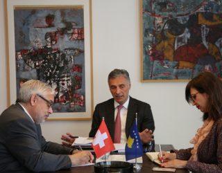 Lumezi dhe ambasadori zviceran diskutojnë për thellimin e bashkëpunimit