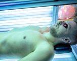 Shkencëtarët: Burrat homo-biseksualë, më shumë gjasa për kancer të lëkurës, arsyeja solari