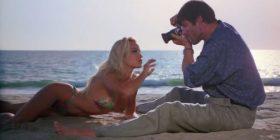 Momentet më të nxehta të Pamela Anderson në Baywatch, nga dushet me avull te vrapimet joshëse në plazh (Foto)
