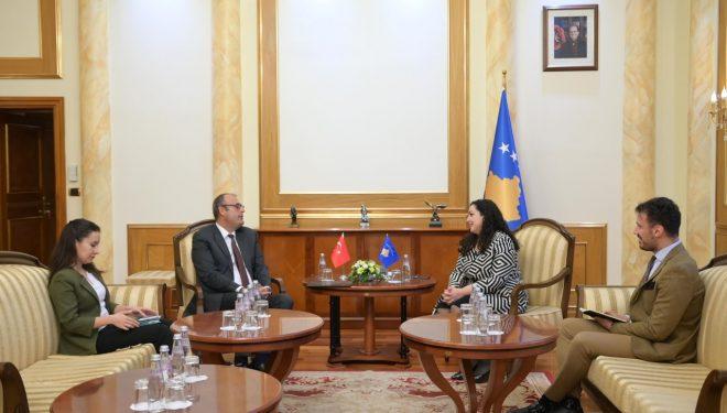 Kryetarja e Kuvendit me ambasadorin turk: Do të rrisim bashkëpunimin parlamentar me Turqinë