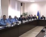 Vizita e parë e ministrit Veliu në Policinë e Kosovës, takohet me drejtorin e Përgjithshëm Qalaj