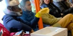 Habit i riu, merr lavamanin për të larë duart me vete (Foto)