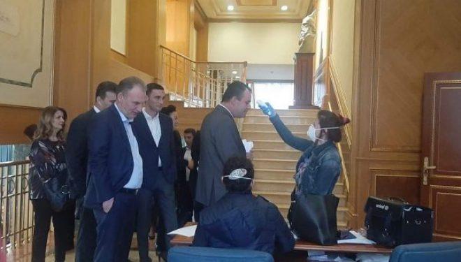 Koronavirusi, deputetët para futjes në seancë iu nënshtrohen kontrollave