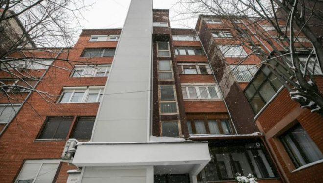 Ahmeti: U instalua lifti i parë jashtë ndërtesës, zgjidhje për banoren me nevoja të veçanta