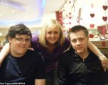 Në Angli, të infektuar nga koronavirus, vdes nëna në banesë, ndërsa djali është duke luftuar