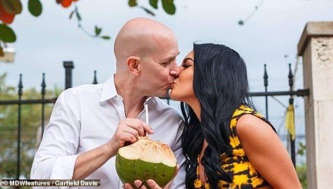 """""""Dashuri me shikim të parë""""/ 27 vjeçarja martohet me """"tullacin"""" milioner"""