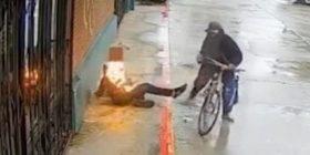 Burri lyen me benzinë dhe i vendos flakën një të pastrehu