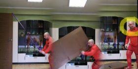 Karantinë dita e 20/ Po bënte ushtrime në shtëpi, i bie dera në kokë dhe… (Foto)