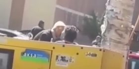 Video e çiftit të moshuar bëhet hit në internet: Plaku me plis shihet duke e puthur një grua (Video)