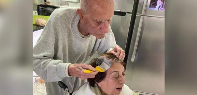 """""""Dashuria nuk njeh koronavirus""""/ Foto prekëse, 92-vjeçari i lyen flokët bashkëshortes"""