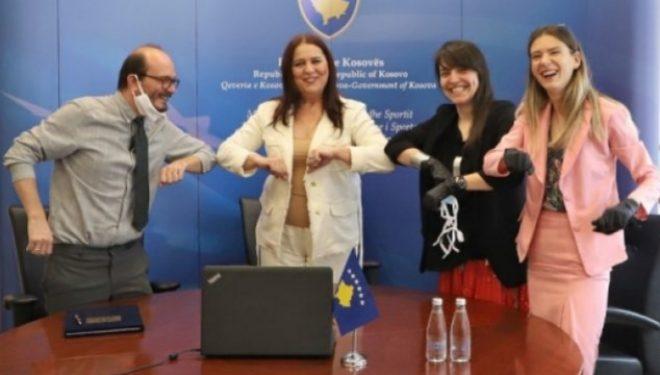 Ministrja në detyrë Vlora Dumoshi dhe drejtoresha dhe Kryesuesja e Manifesta-s 14 Prishtina, Hedwig Fijen, nënshkruan Memorandumin e Mirëkuptimit