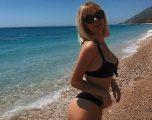 Publikon fotografi Keisi Medini, me bikini nga plazhi
