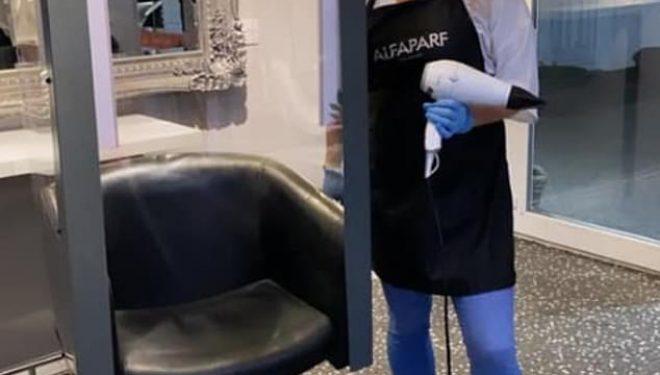 Doli me një zgjidhje interesante për klientët – krijoi karrigen me xham për t'u mbrojtur nga koronavirusi