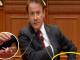 Lëpirësen e nxorri në foltoren e parlamentit, Gramoz Ruçi ndëshkon Ralf Gjonin
