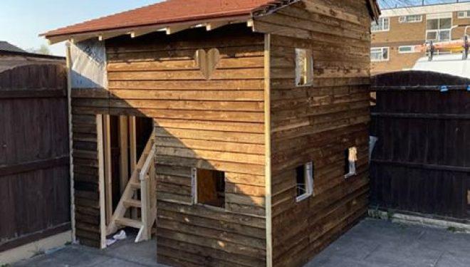 """Nga karantina i ndërton një """"vilë"""" fëmijëve të tij për gjashtë ditë, babai nga Anglia"""