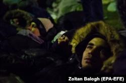 Disa migrantë në Serbi duke qëndruar në rrugë - Foto nga arkivi
