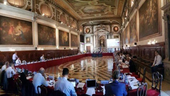 Opinioni i Venecias mund t'i ofrojë parimet udhëheqëse rreth kontestit për mandatarin