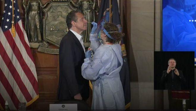 Guvernatori i Nju Jorkut testohet për koronavirus para kamerave!