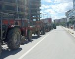 Drejtuesit e Federatës Sindikale të Bujqve të Kosovës janë duke protestuar para ndërtesës së Ministrisë së Bujqësisë