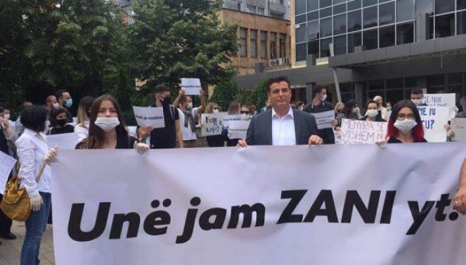 Agim Bahtiri merr pjesë në protestën e Mitrovicës, ku u protestua edhe kundër tij