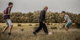 """""""Dashuria për futbollin s'njeh moshë"""" – Fotot e të moshuarit kosovar bëhen virale"""
