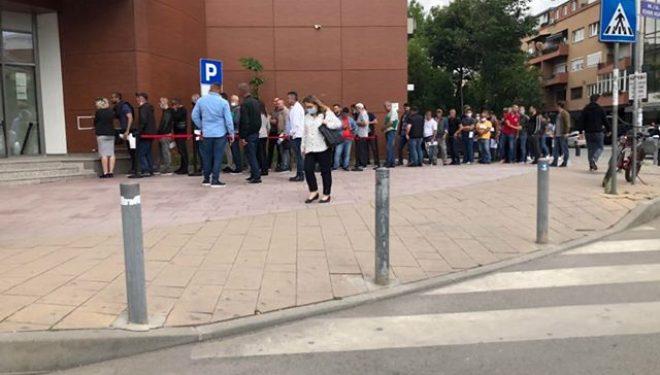 Radhë të gjata tek MPB-ja, qytetarët nuk e respektojnë distancën